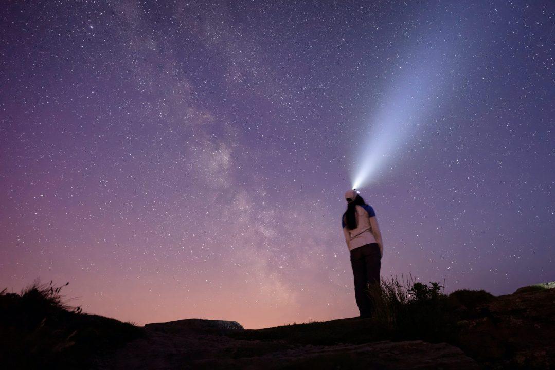 latarka czołowa w nocy