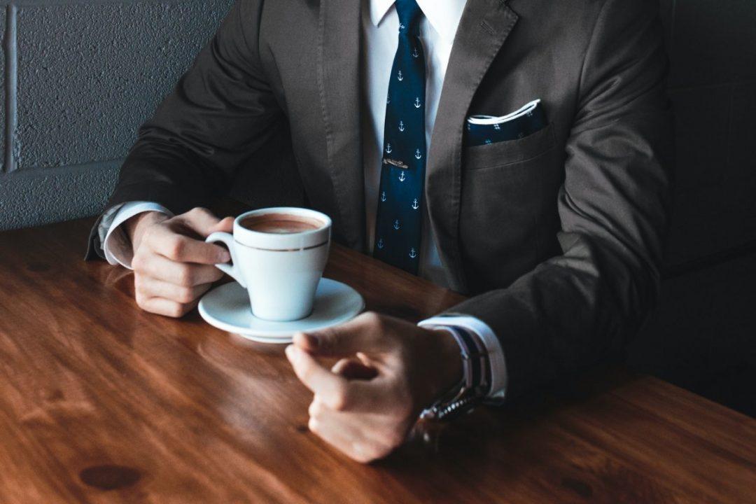 elegancki mezczyzna z filizanka kawy