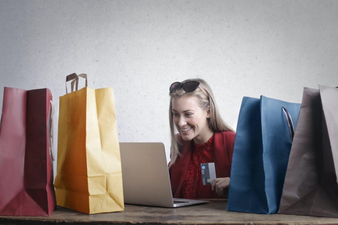 kobieta z torbami zakupowymi