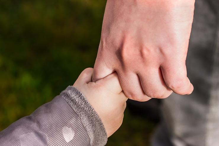 rodzina dziecko trzyma się za rękę