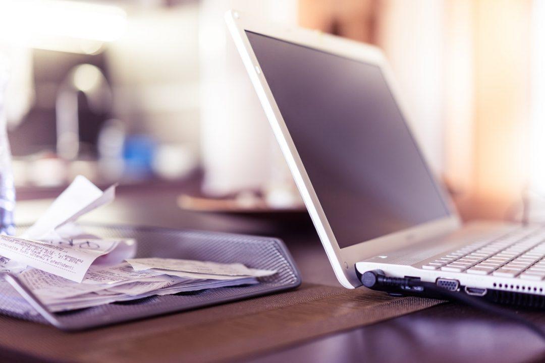 dokumenty laptop swiadczenia